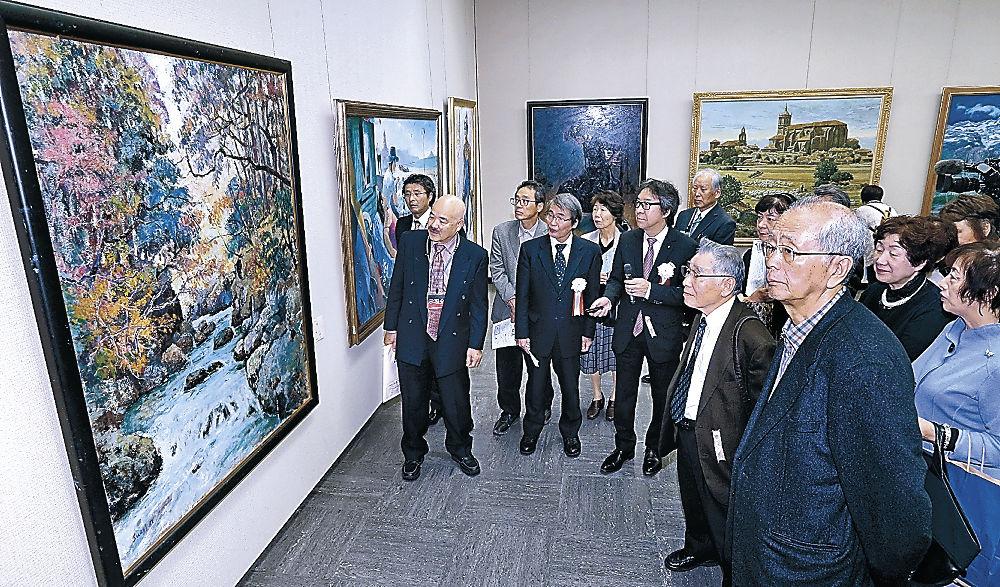 写実的な絵画を鑑賞する来場者=金沢市の県立美術館