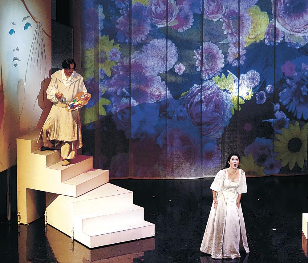 美しい歌声を響かせるルイザ・アルブレヒトヴァさん=金沢市の金沢歌劇座