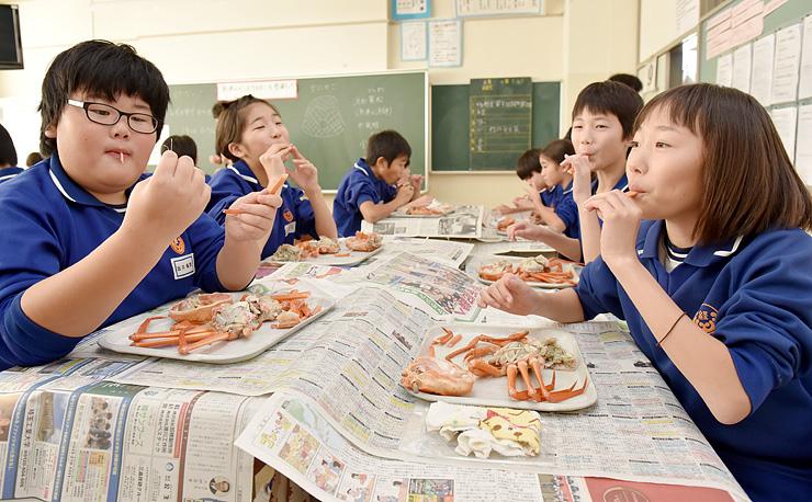 おいしそうにカニを食べる児童=経田小学校