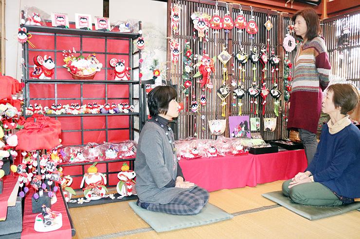 制作した作品を前に当日の打ち合わせをする(左から)黒川さんと尾山さん、竹内さん