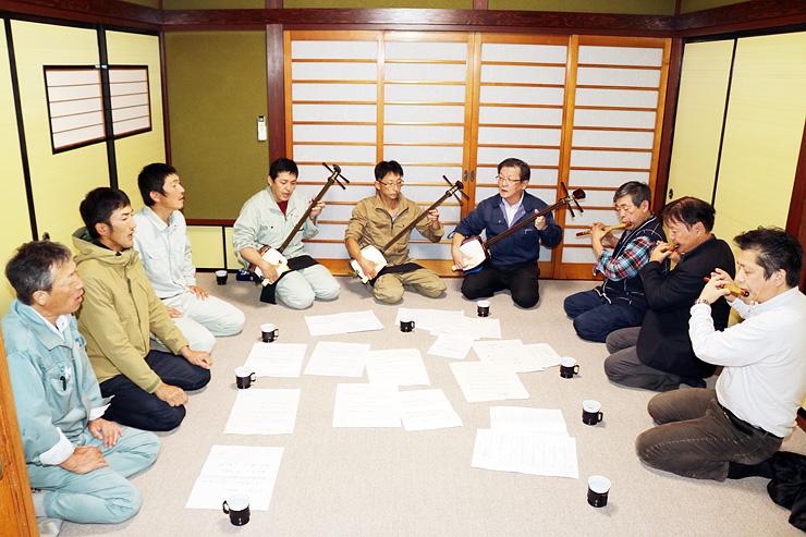 東京・神楽坂のイベントに向け、練習に励む宝槌会のメンバーら