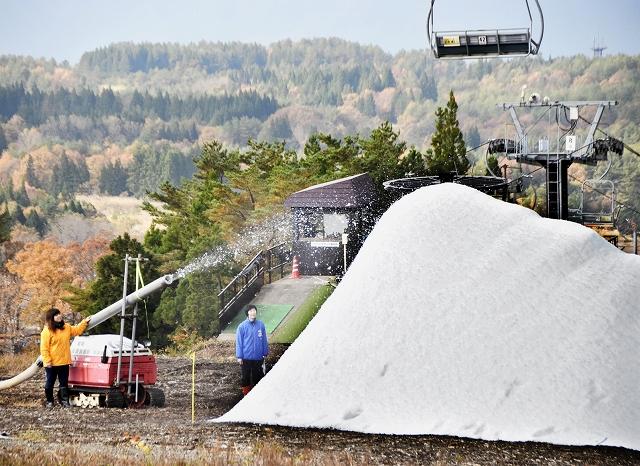 紅葉が進む中、本格稼働した人工造雪機でできた雪山=9日、福井県勝山市のスキージャム勝山
