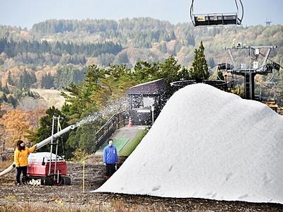 人工造雪機が稼働、ゲレンデに雪山 スキージャム勝山