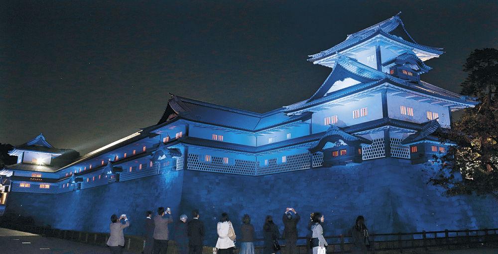青色にライトアップされた五十間長屋=金沢城公園