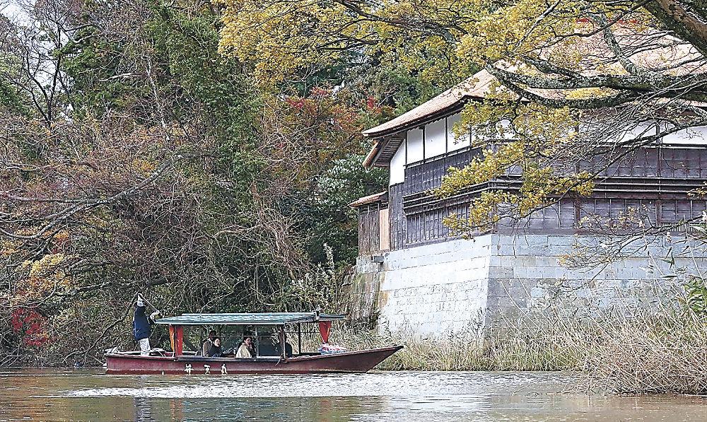 水上から長流亭周辺の景色を楽しむ流し舟の行楽客=加賀市の旧大聖寺川