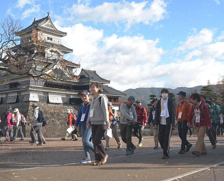 松本城公園を出発する参加者