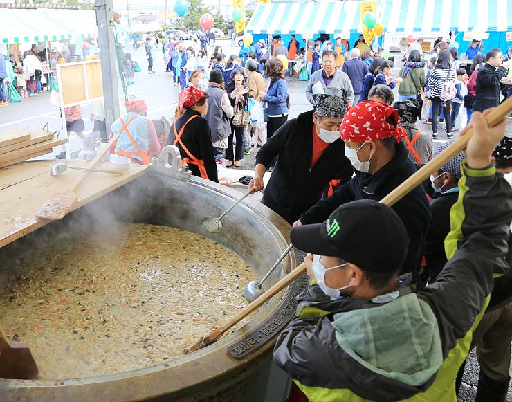 人気を集めた「まほろば大鍋」で作ったきのこ鍋=立山町民会館前駐車場