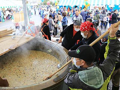 熱々きのこ鍋に行列 立山舟橋商工フェア