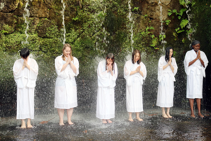 六本滝で滝行を体験する参加者