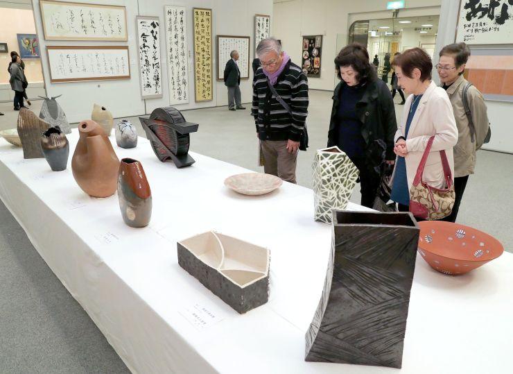 初日からにぎわった「芸展」前期展=11日、新潟市中央区の県民会館