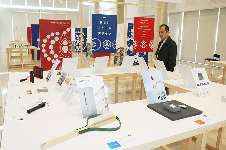 最新の商品開発やデザインを紹介する作品が並ぶ会場=県産業高度化センター