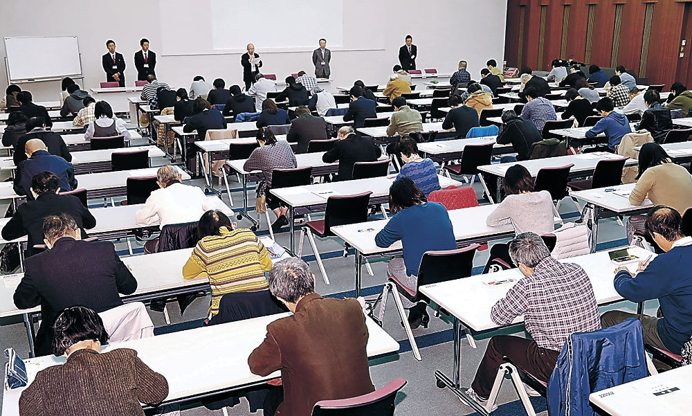 金沢検定に臨む受験者=金沢市下本多町のエルフ金沢