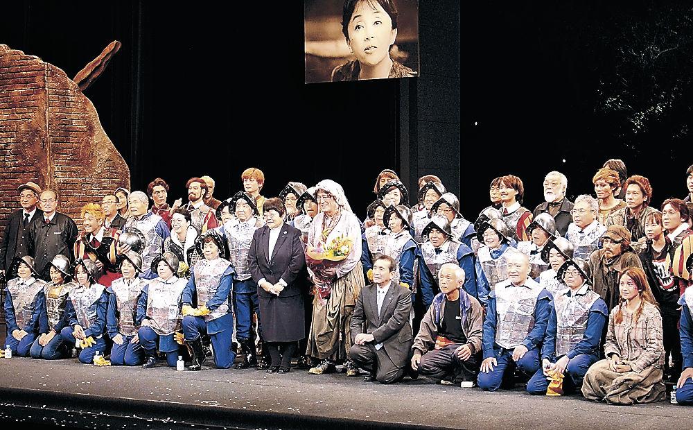 公演終了後、出演者ら公演に関わった関係者と笑顔で記念撮影する仲代さん(中央)=七尾市の能登演劇堂