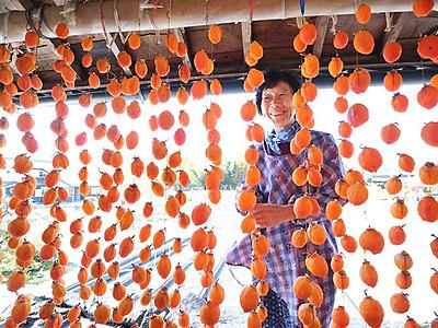 ぶるっ「干し柿の季節だに」 阿智で鮮やか柿すだれ
