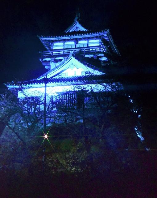 青色にライトアップされた丸岡城=14日夜、福井県坂井市丸岡町霞町1丁目