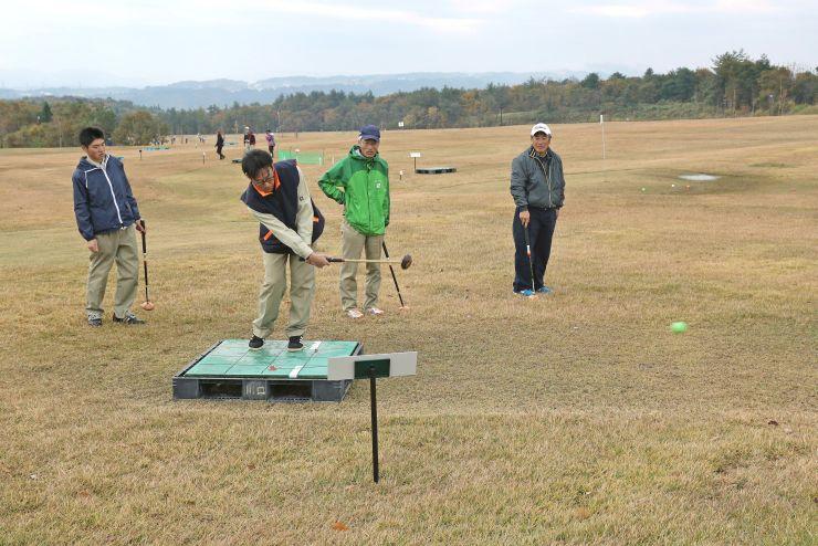 来春オープン予定の新エリアで行われたパークゴルフ大会=長岡市宮本東方町の国営越後丘陵公園