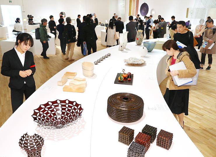 8カ国1地域の工芸作品が並ぶ「ワールド工芸100選」展=富山県美術館
