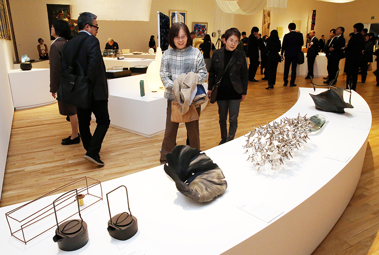 素材の特徴を生かした作品が並ぶ「ワールド工芸100選」展=富山県美術館
