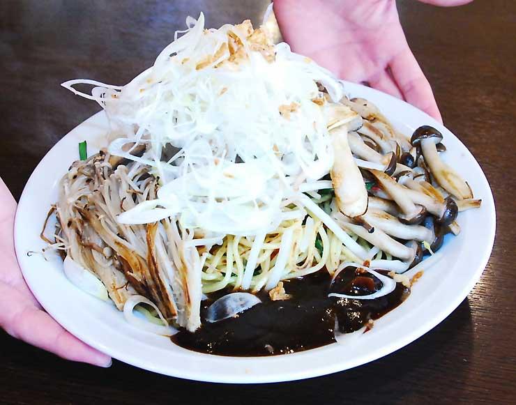たれ(手前)をつけて食べるそうげんラーメンの「信州つけ焼そば」。中野市特産のキノコをふんだんに使う