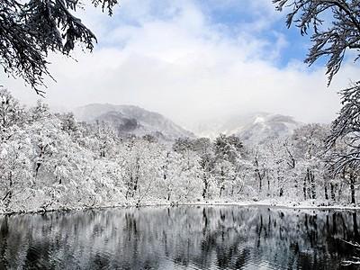 山水画の世界 雪の刈込池 大野市