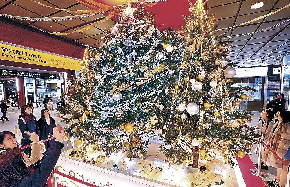 クリスマスツリーを眺める利用客=金沢駅
