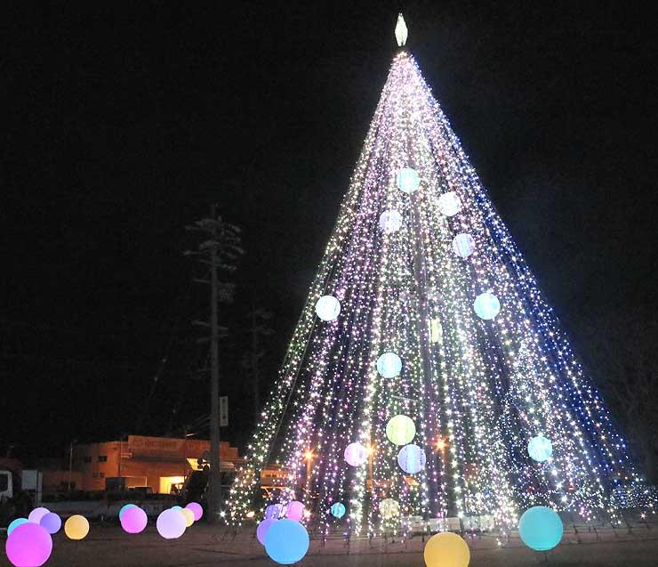 色とりどりの球体の電飾をあしらった高さ11メートルのツリー