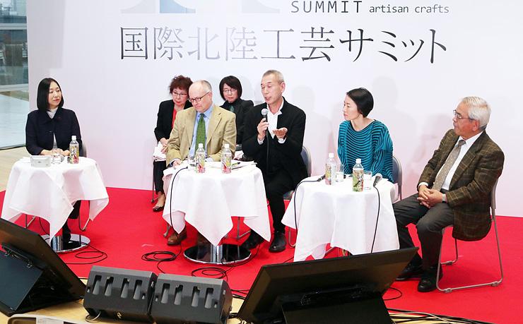 工芸の課題や展望について語り合う(右から)青柳名誉教授、林さん、畠山さん、フォクナーさん、川上さん=富山県美術館