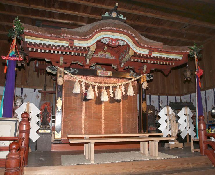 色彩豊かな塗りが施されるなど華やかな意匠の関山神社宮殿=妙高市関山
