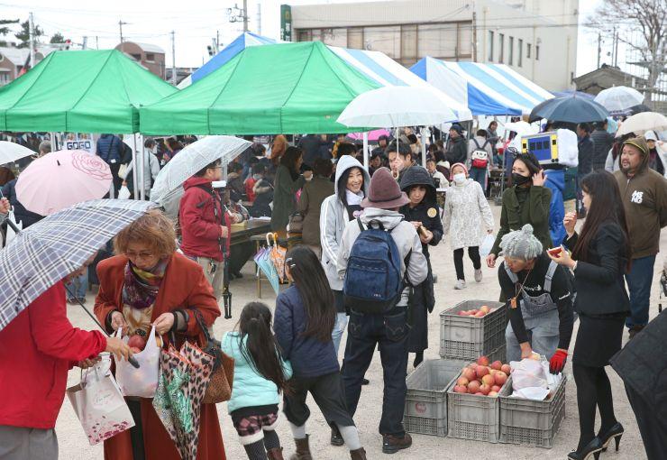 プレオープンしたにぎわい創出広場で開かれた「いといがわ復興マルシェ」=18日、糸魚川市大町2