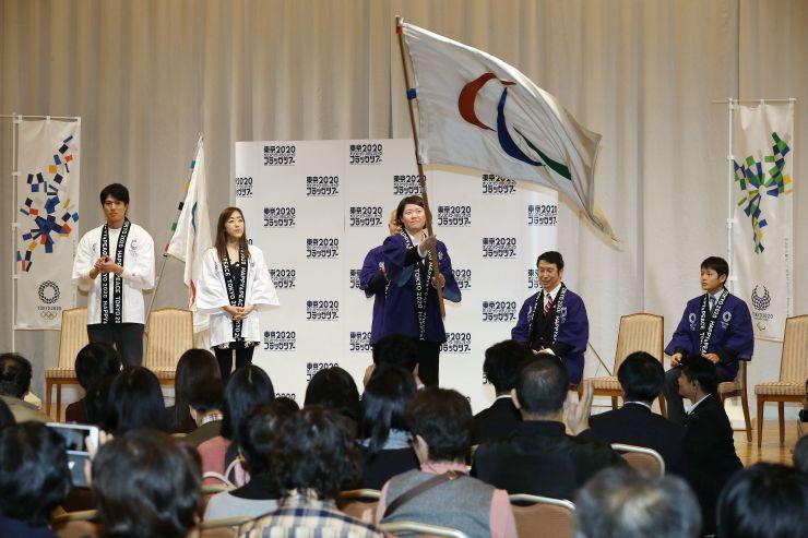 五輪旗とパラリンピック旗が披露された歓迎イベント=19日、新潟市中央区