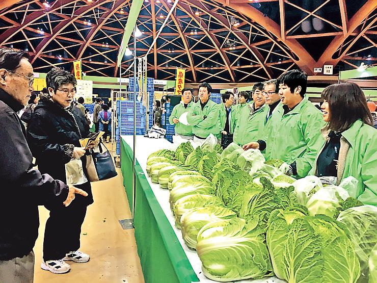 旬の野菜を買い求める来場者