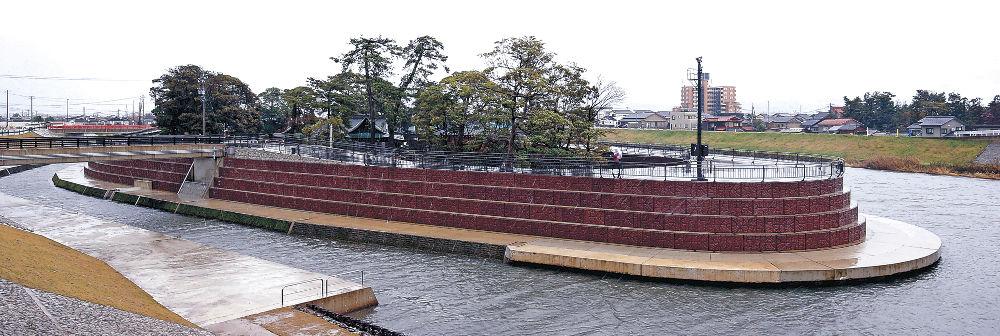 浮島方式による河川改修が完了した小松天満宮=小松市天神町