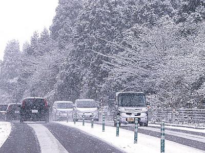 県内早くも冬 金沢初雪、白峰で除雪車