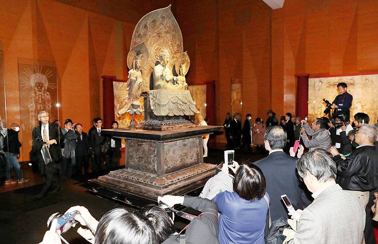 3月にウイング・ウイング高岡で一般公開された釈迦三尊像の複製