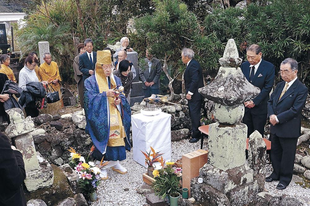 鎮魂祭で宇喜多秀家をしのぶ前田利祐さん(右)、宇喜多秀臣さん(右から2人目)=20日、東京・八丈島の宗福寺