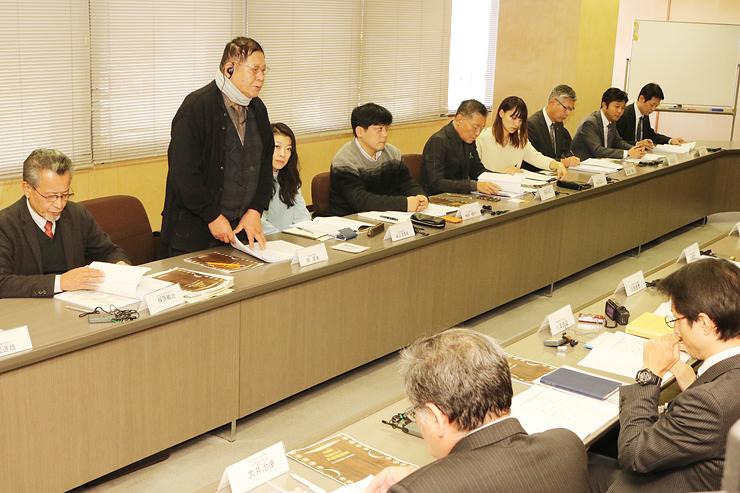 会議であいさつする嶋さん(左から2人目)=高岡商工ビル