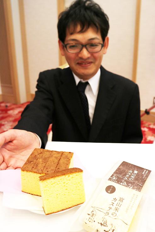 新商品の米粉のカステラを紹介する板谷社長