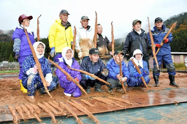 初掘りしたジネンジョを手にする生産者=21日、福井県おおい町名田庄井上