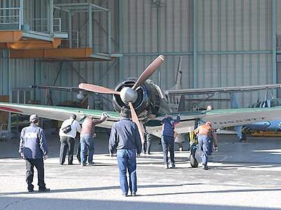 ゼロ戦の修復機、松本空港に到着 周辺を旋回