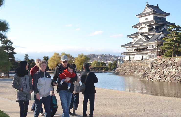 外国人観光客の姿が目立つ松本城公園。カレッジでは、観光地でガイドできる人材の育成も目指す
