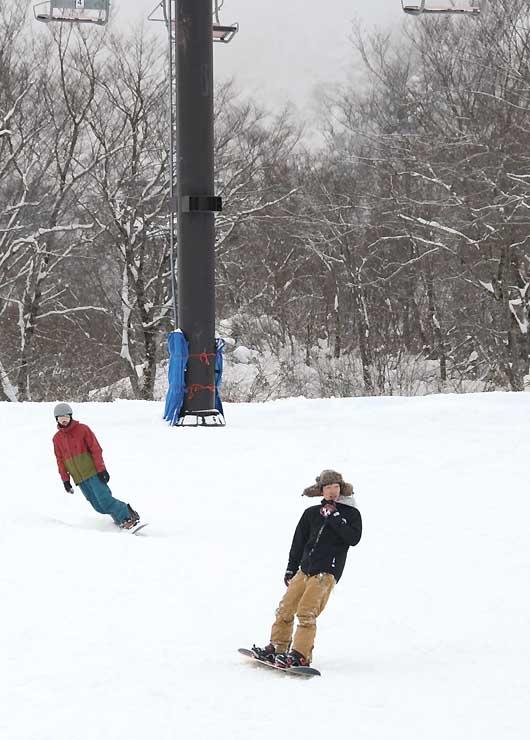 白馬五竜スキー場には、早速スノーボードを楽しむ人が訪れた
