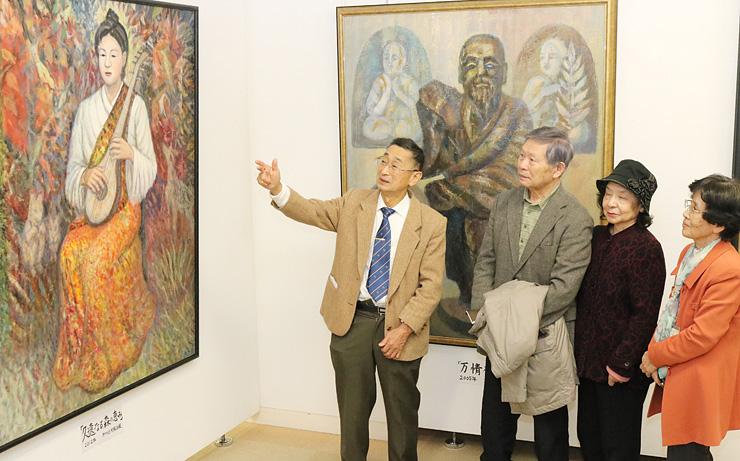 来場者らに作品を紹介する中嶋さん(左)=高岡市美術館