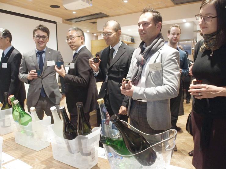 大使館職員らに県内の地酒や郷土料理を振る舞った交流会