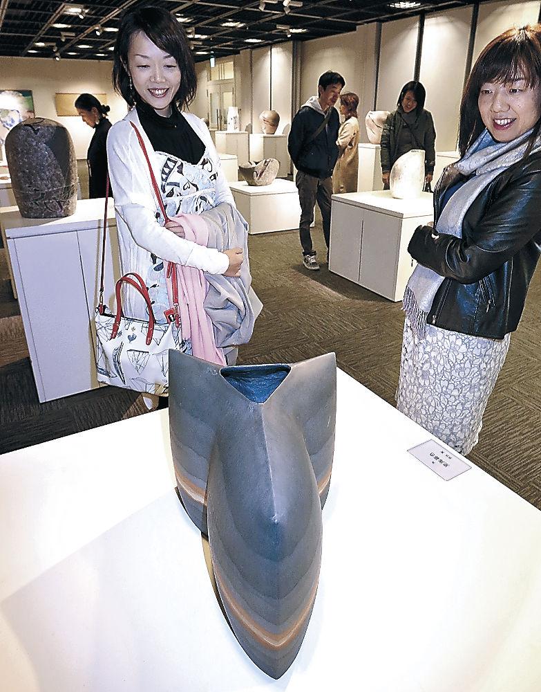 生活を豊かにする作品を鑑賞する来場者=金沢市のしいのき迎賓館