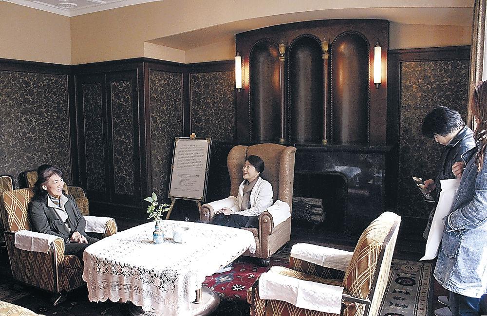 昭和天皇が座ったいすが残り、「山中会談」にも使われた洋間で、思いをはせる来場者=加賀市山中温泉南町の旧よしのや依緑園別荘