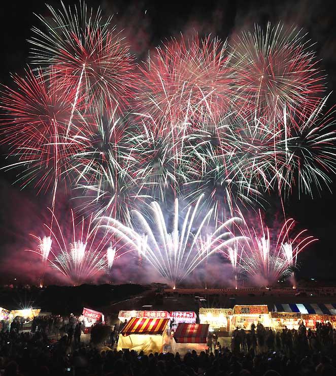 1万3000発の花火が彩った第112回長野えびす講煙火大会=23日午後6時2分、長野市の犀川河川敷