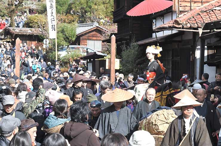 大勢の観光客でにぎわう中、ゆっくりと進んだ「文化文政風俗絵巻之行列」=23日、南木曽町の妻籠宿