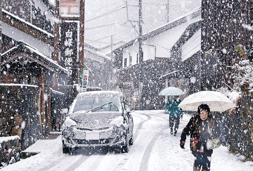 降りしきる雪で銀世界となった重伝建の街並み=白山市白峰