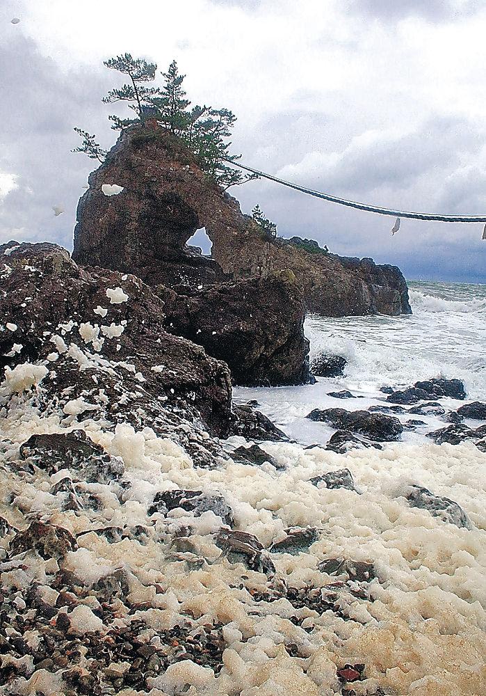 機具岩周辺で発生した波の花=志賀町富来七海