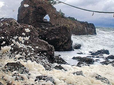 冬本番間近 志賀で波の花舞う